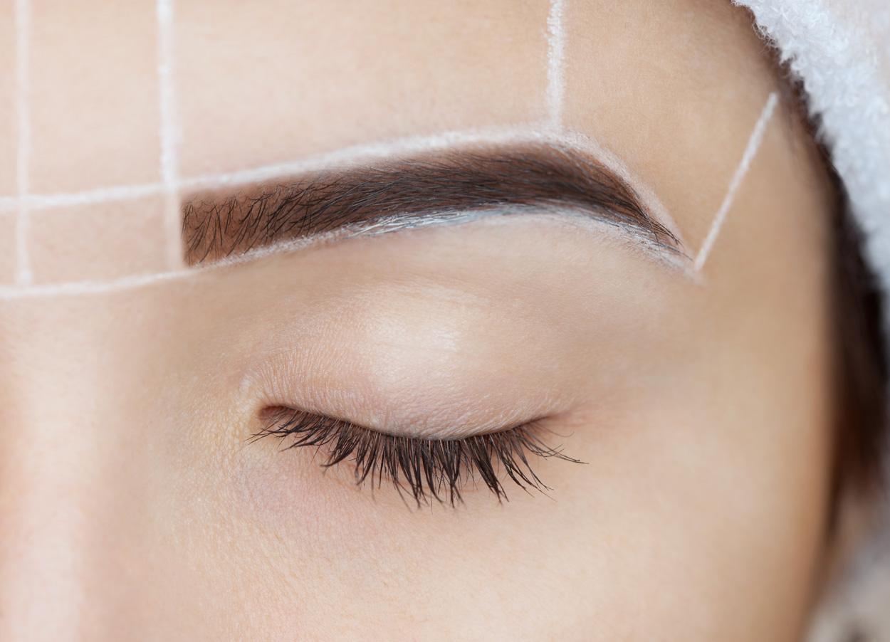 Makijaż permanentny brwi - wyrysowanie konturu